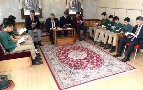 Başkan Zeybek,  öğrencilerle kitap okudu