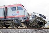 Ekmek yüklü  kamyonete tren çarptı: 1 yaralı