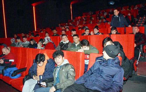 Gençlik film izledi