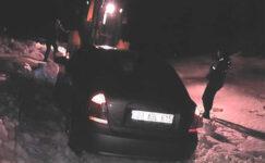 Karda mahsur kalan iki kişiyi jandarma kurtardı