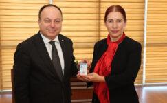 Başkan Serteser,  basın kartını CİB Müdürü Burcu'nun elinden aldı