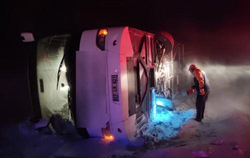 Yolcu otobüsü devrildi: 37 yaralı: Felaketin eşiğinden dönüldü