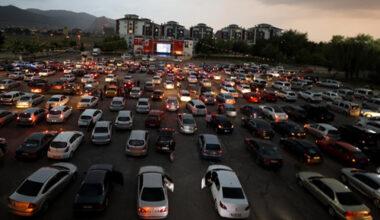 Arabada sinema keyfi sürüyor