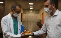 Sağlık çalışanlarına ağzı açık ve bükme ikram edildi