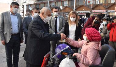 Afyonkarahisar Belediyesi 10 engelliye akülü araç dağıttı
